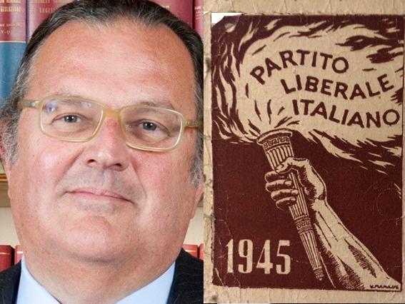 Cassinelli mostra la tessera del PLI di papa'