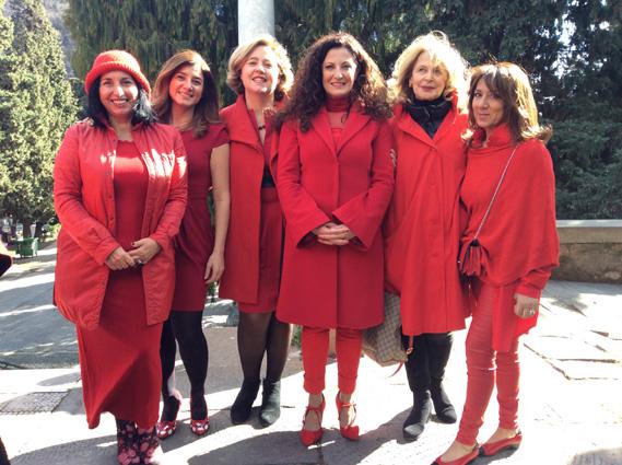 Donne in rosso a Staglieno